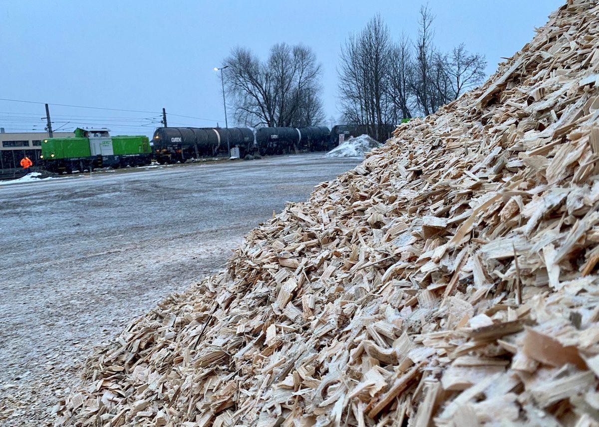 erster Zug mit Bio-Ethanol mit Holzberg im Vordergrund verlässt das Werk in Hallein